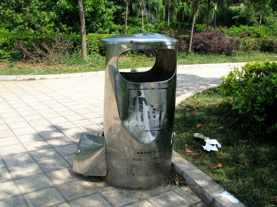"""的员工告诉记者:一个塑料环卫垃圾桶,正常使用的寿命为3-5年,人为的损坏和使用不当是目前垃圾桶寿命缩短的最主要原因,频繁更换垃圾桶给市政部门造成严重的财力物力的损失。"""" 城区大街小巷,公共垃圾桶、垃圾箱不可或缺,小小的它,将各种垃圾吞入""""肚中,为城市美容,也给广大市民带来了方便。但垃圾桶破损严重,不仅有损市容市貌,还影响市民倾倒垃圾,污染城市街道和环境,对此,市政部门表示,将尽快安排处理。与此同时,市政部门呼吁市民,要爱护垃圾桶、果皮箱等公共设施,让它们发挥美化城市环境、净化城市道路的作用。"""